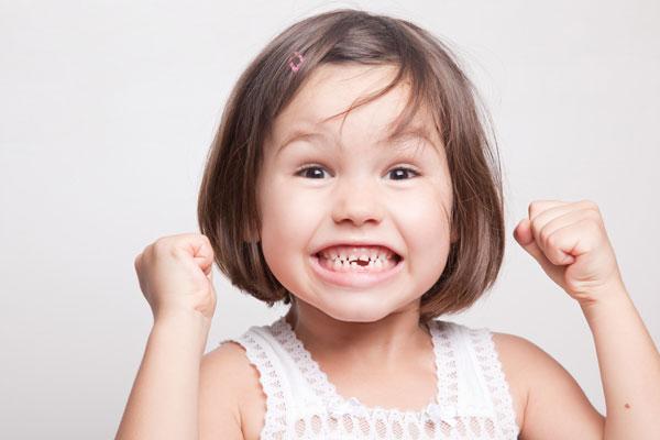 Kinderzahnheilkunde - Kind mit Zahnlücke